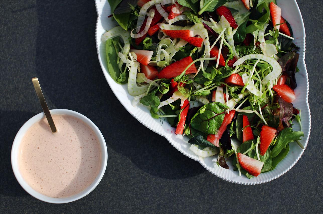 Jordbærsalat med fennikel og pink dressing