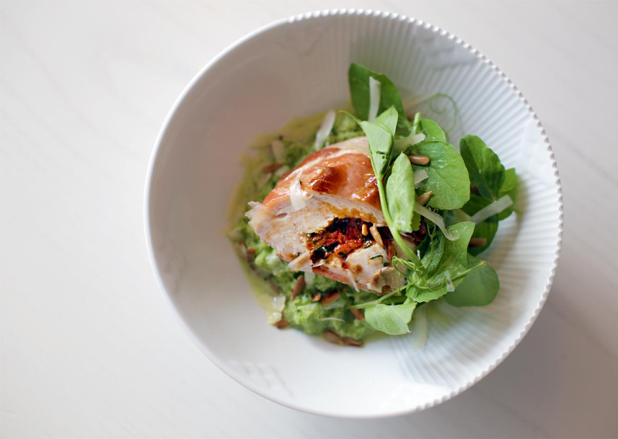Fyldt kyllingebryst på cremet broccolipuré