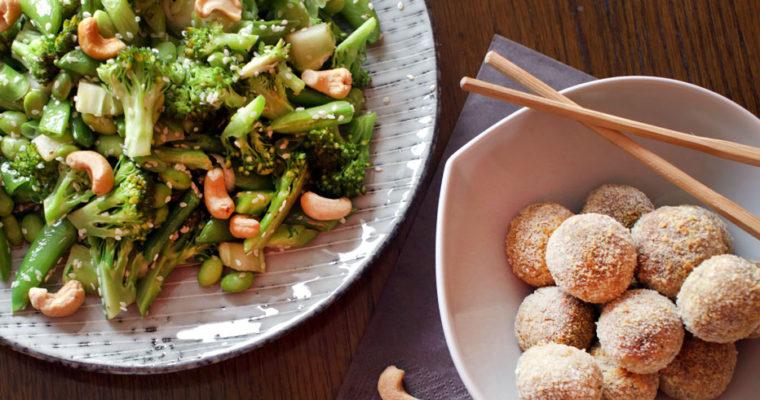 Grøn wok med tunbolde og chilimayo