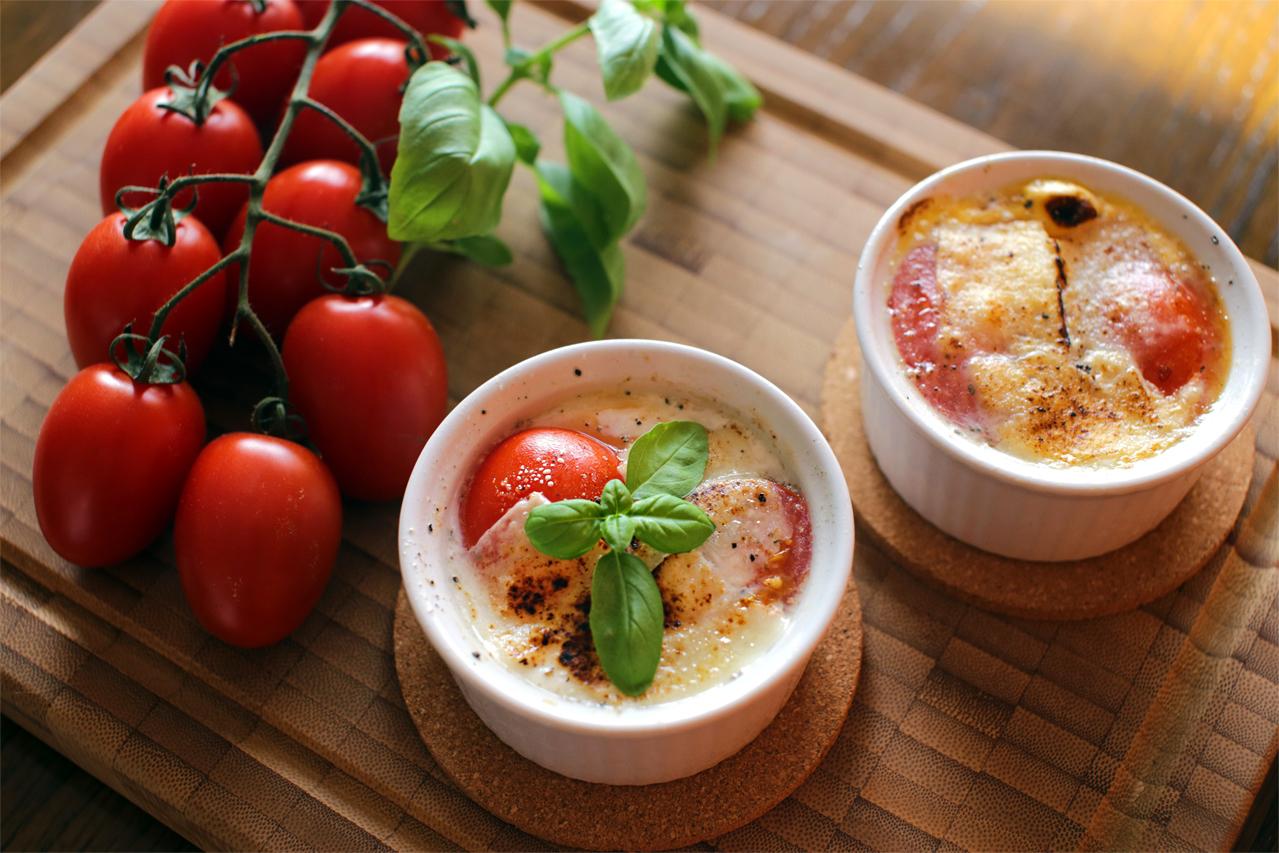 Æg en cocotte med tomat, ost og basilikum