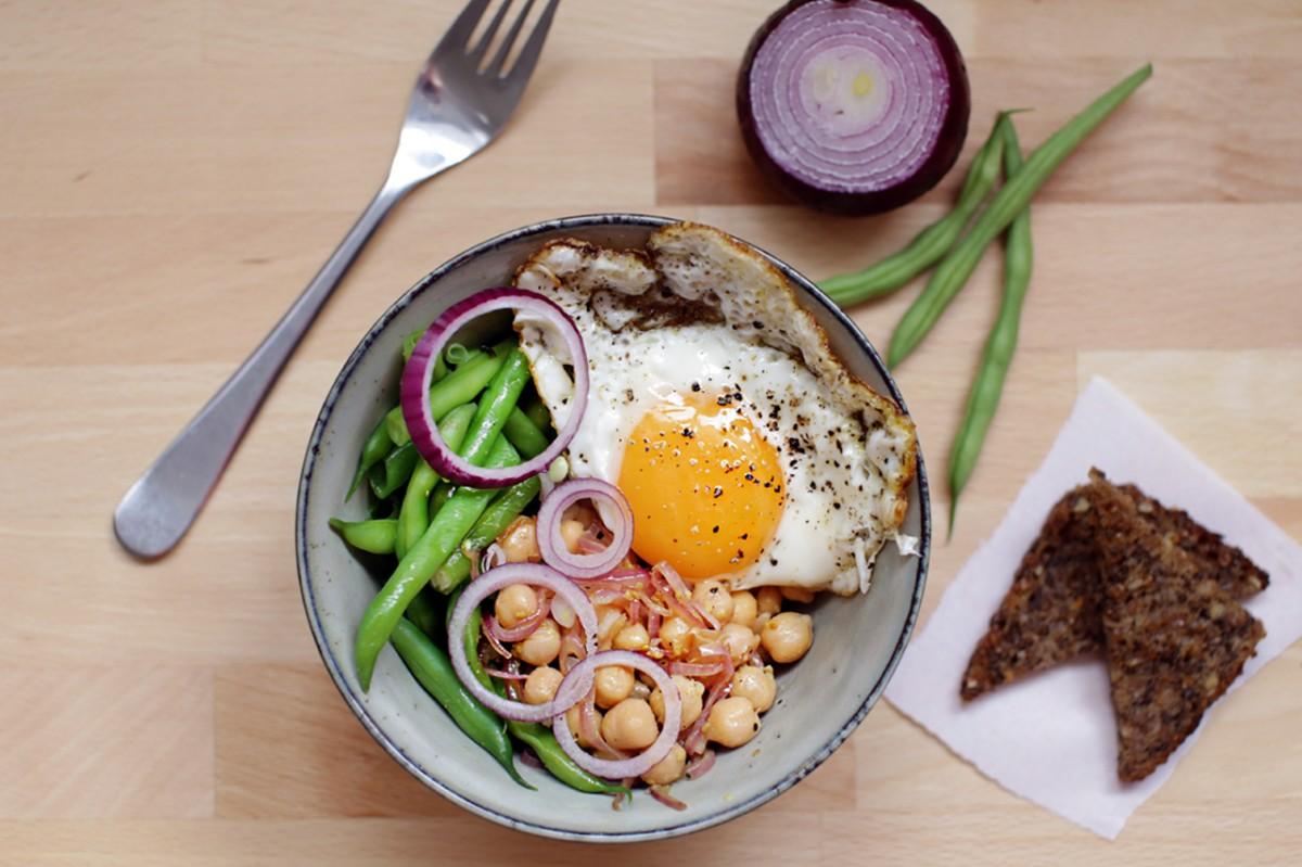 Frokostskål med kikærter, grønne bønner og spejlæg