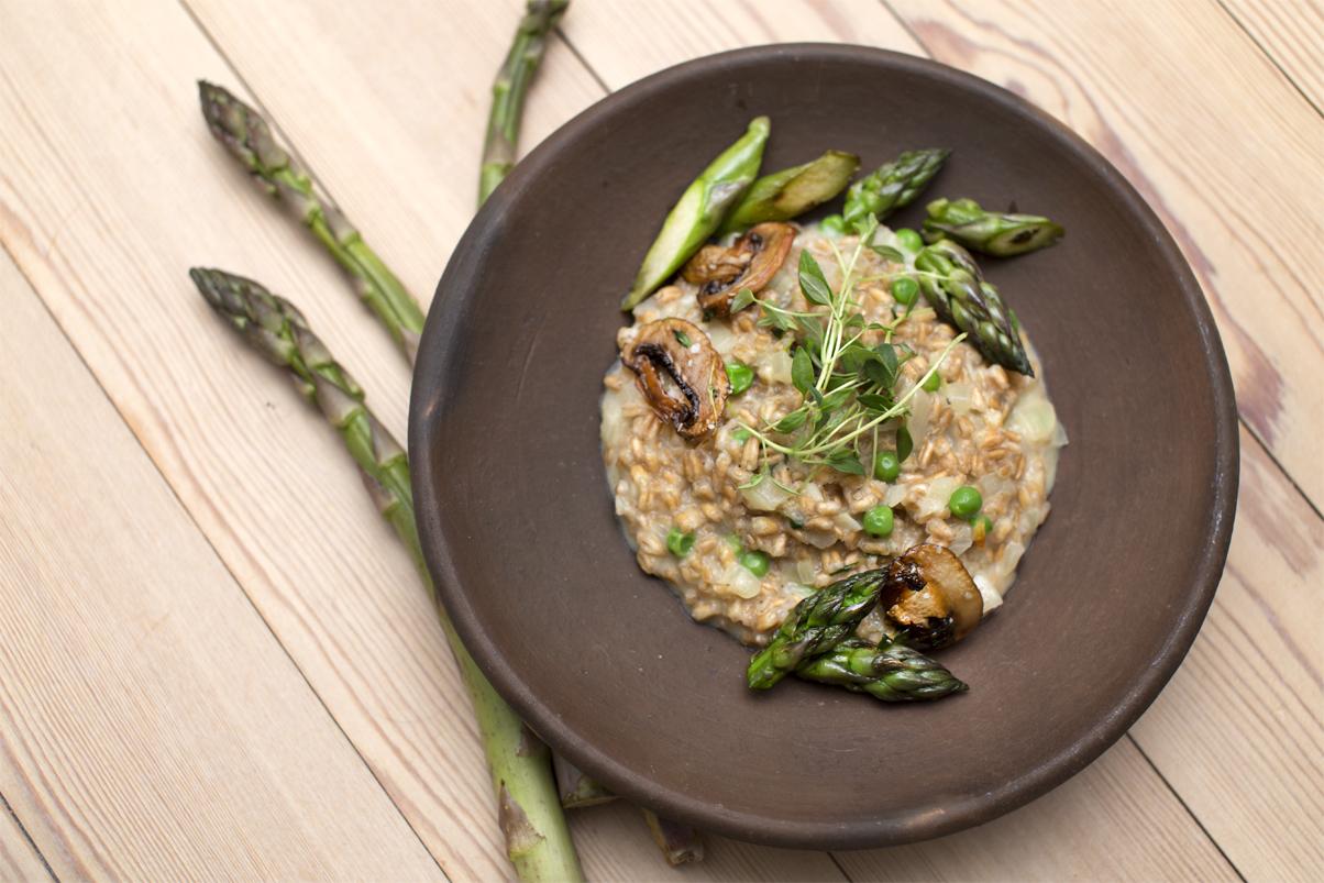 Cremet speltotto med asparges og svampe