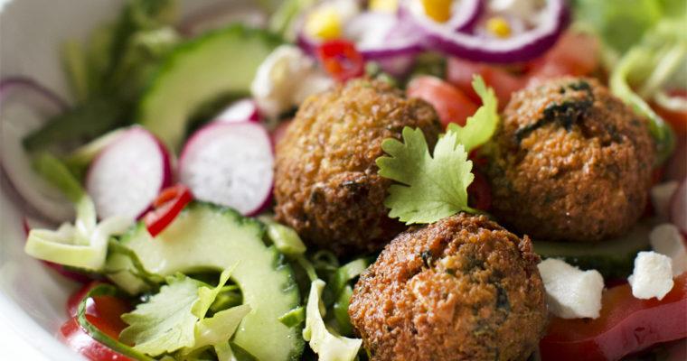 Sprøde falafel med grøntsager og tahindressing
