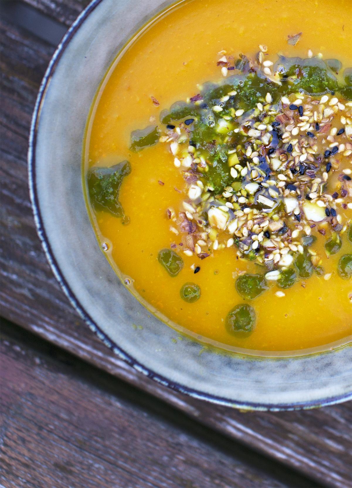 Græskarsuppe med dukkah og korianderolie