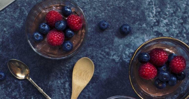 Vegansk chokolademousse med bær