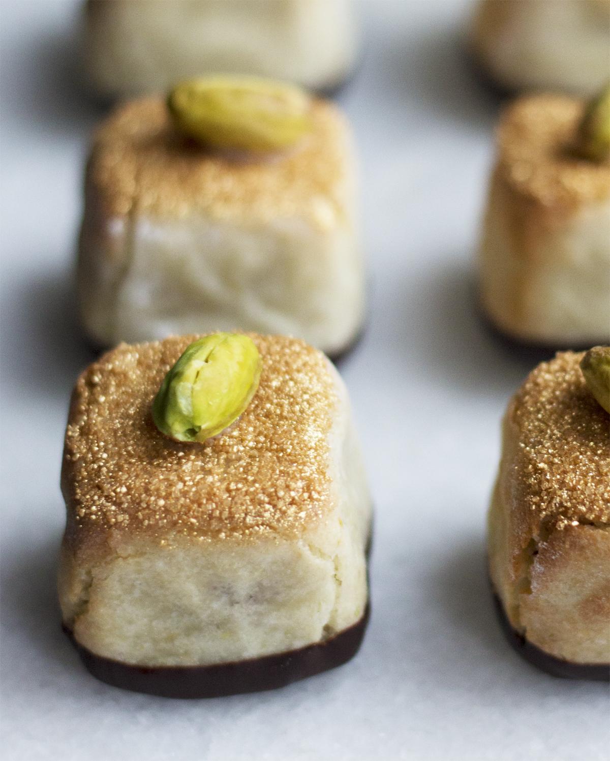 kransekage med pistacienødder og guld