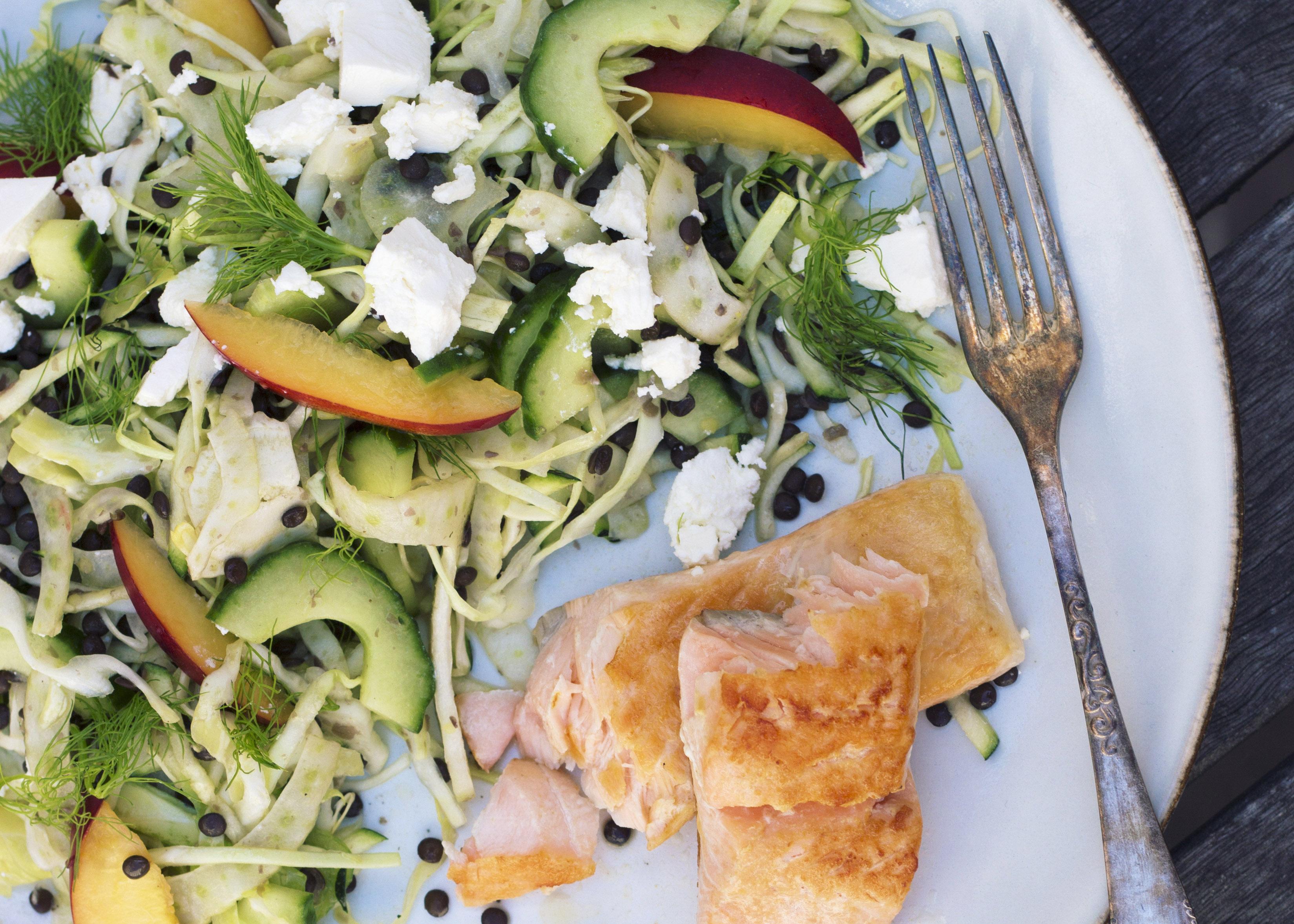 Sprødstegt laks med frisk linsesalat