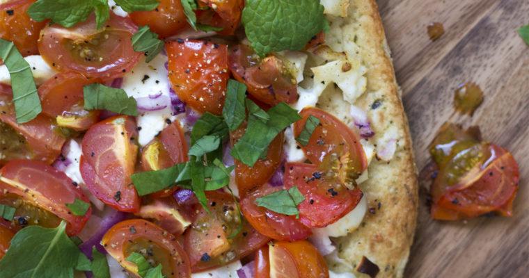 Naan med gedeost, tomat og frisk mynte